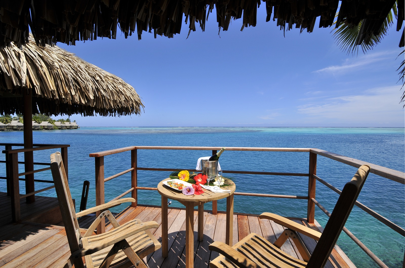 https://tahititourisme.fr/wp-content/uploads/2017/12/ic-moorea-overwater-terrace3_6898262694_o.jpg