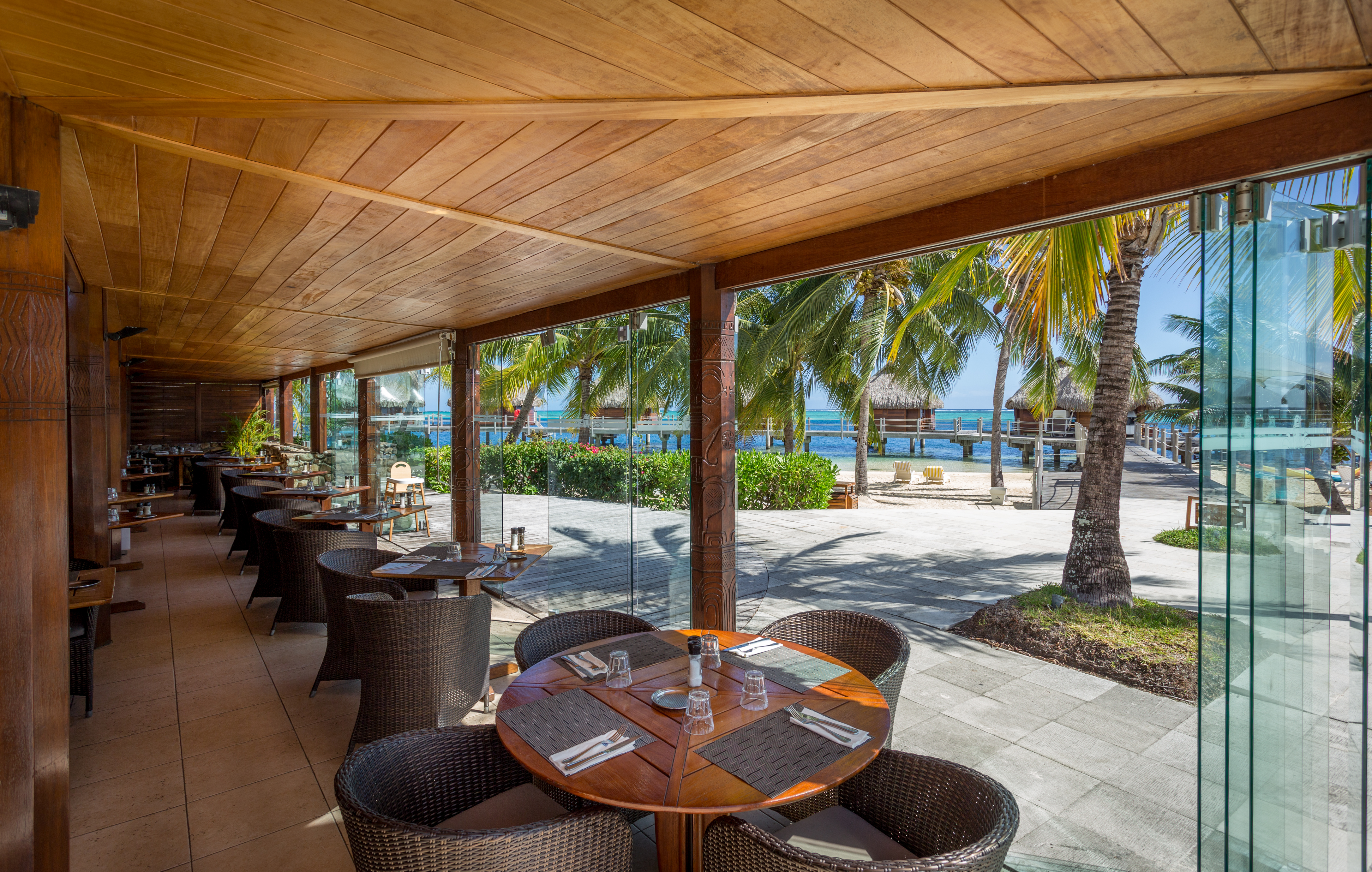 https://tahititourisme.fr/wp-content/uploads/2018/03/RESTAURATION-Restaurant-Mahanai-1-Charles_Veronese.jpg