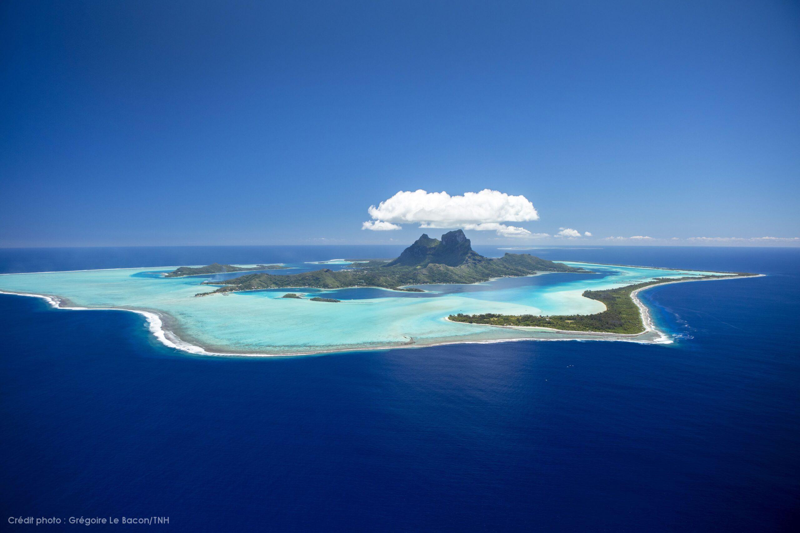 https://tahititourisme.fr/wp-content/uploads/2021/10/P2_08_BORA-BORA_Divers-TNH-87-©-Grégoire-Le-Bacon-Tahiti-Nui-Helicopters-1-scaled.jpg